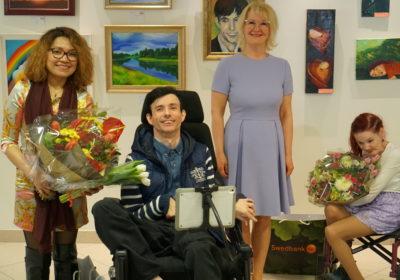 """Mitmekesisuse päev: Suu ja Jalaga Maalivate Kunstnike näituse """"Jalgadega maalitud maailma värvid"""" avamine Liivalaia pangakontoris"""